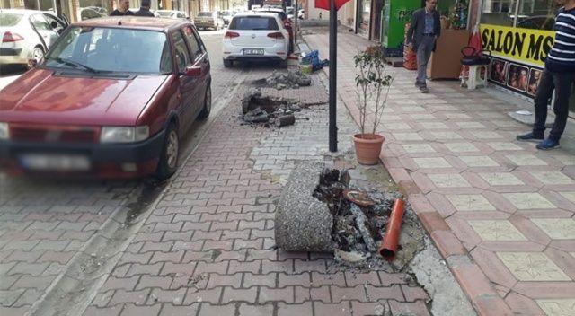 Otomobilini park edemeyen avukat belediyenin dubalarını kesti