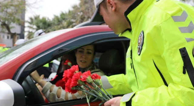 Polis bu kez ceza için değil, çiçek vermek için durdurdu