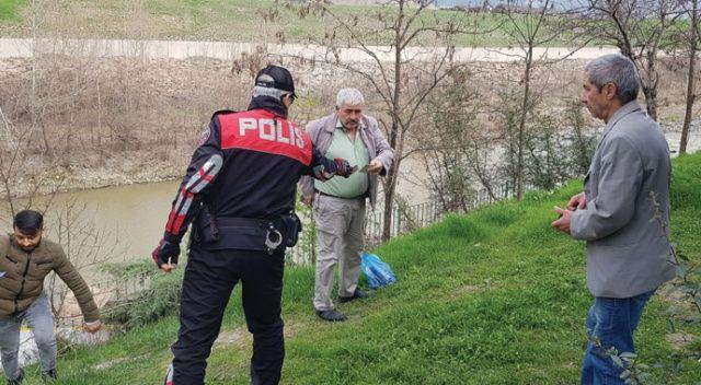 """Polis """"Ölmek mi istiyorsunuz?"""" diye uyardığı yaşlıları kolonya sıkarak evlerine gönderdi"""