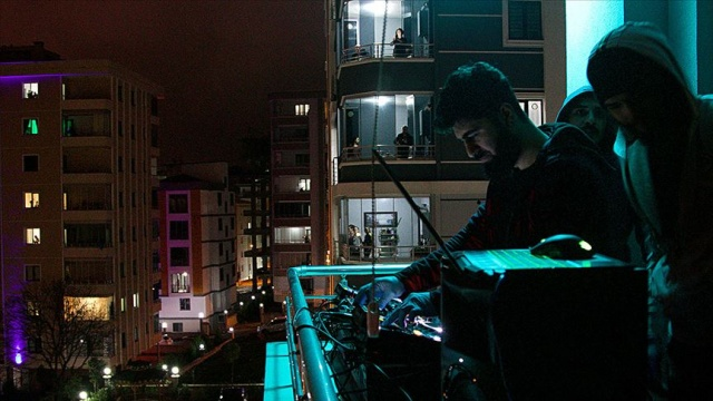 Samsun'da gençlerden evlerinde kalanlara 'balkon konseri'