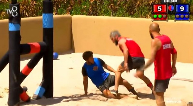 Survivor'da yarışmacılar birbirine girdi! Bir kişi oyundan diskalifiye edildi