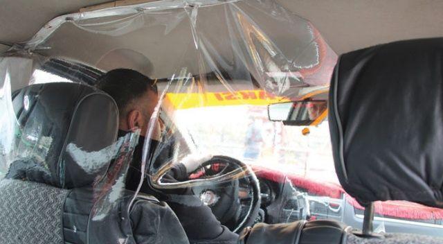 Taksiciden koronavirüsüne karşı şeffaf kabin