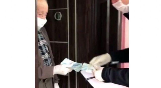 87 yaşındaki şehit babasına maaşını polis ekipleri teslim etti