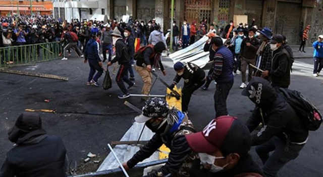 Bolivya ordusu ülkeye dönmek isteyen vatandaşları ile çatıştı