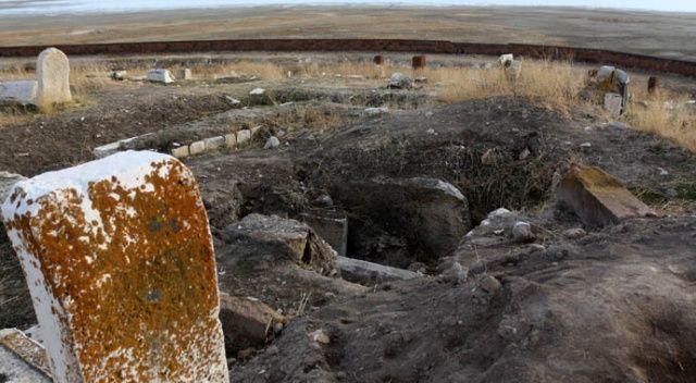 Dünya koronavirüsü konuşurken, define avcıları Türk-İslam mezarlığını tahrip etti