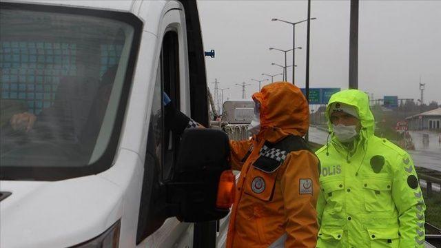 İstanbul'un giriş ve çıkışlarında sürücüler ile yolcuların ateş ölçümü yapılıyor