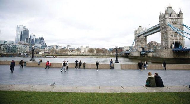 Prensi ve Başbakanı da koronaya yakalanan İngilizler, salgına rağmen parklara akın etti
