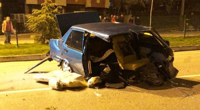 Samsun'da refüje çarpan otomobil ikiye bölündü