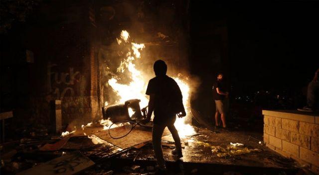 ABD yangın yeri! Polis merkezini ateşe verdiler