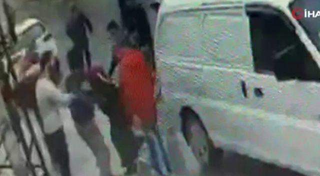 Alacak-verecek kavgasında birbirlerine kaldırım taşı ile saldırdılar