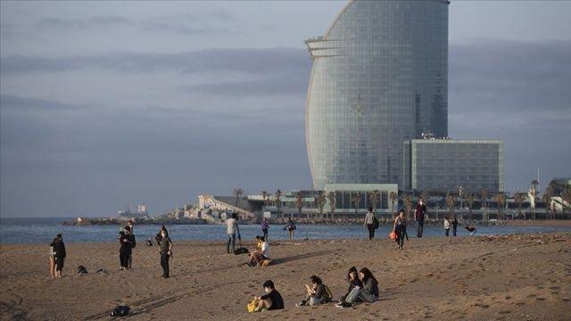 Barselona'da yürüyüşe açılan plajlarda Covid-19 tedbirleri ihlal edildi
