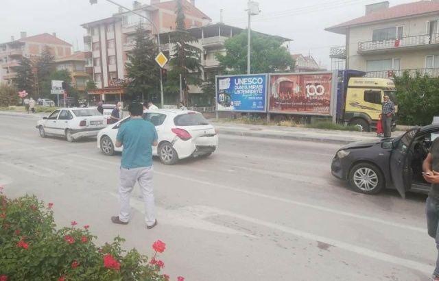 Beypazarı'nda zincirleme kaza: 3 araç birbirine girdi