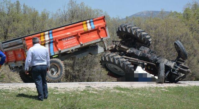 Devrilen traktörün altında sıkışarak hayatını kaybetti