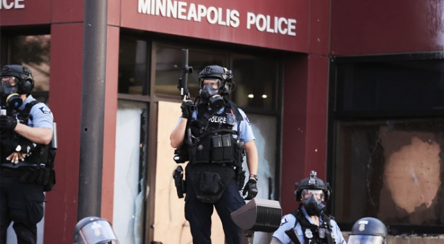 Floyd'un polis şiddetiyle öldüğü Minnesota'da 'acil durum' ilan edildi