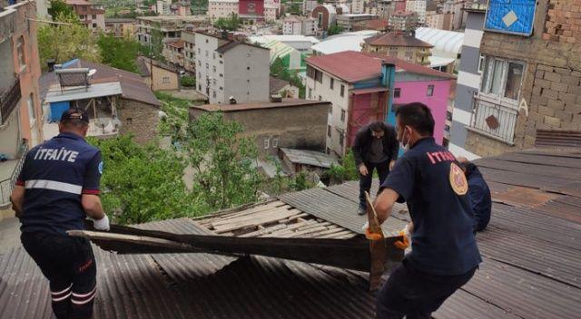 Hakkari'de şiddetli rüzgar çatıları uçurdu