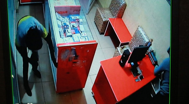 İftar saatinde telefon dükkanına giren hırsızlar güvenlik kamerasına yakalandı