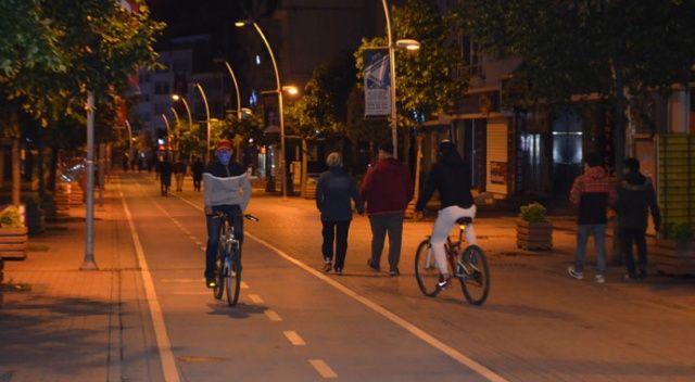 İlk kez sokağa çıkma kısıtlaması yaşanan Bolu'da, yasaklar sona erince vatandaş caddelere akın etti