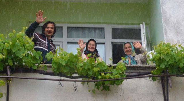 İller arası 5 adım olan mahallede bayramı balkondan balkona kutladılar