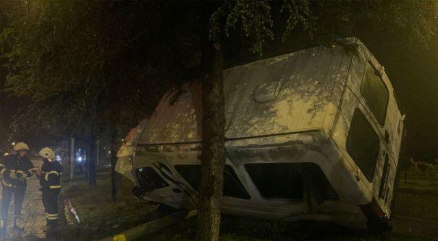 Isparta'da işçi minivüsü yan yattı