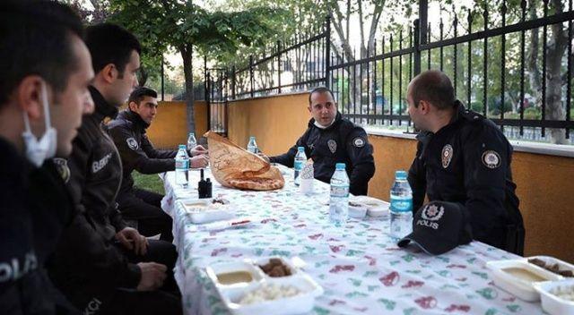 İstanbul'da devriye polisleri görevleri başında iftar yapıyor