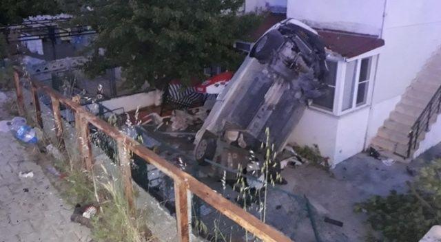Kamyonetin çarptığı otomobil evin bahçesine uçtu: 2 ölü, 3 yaralı