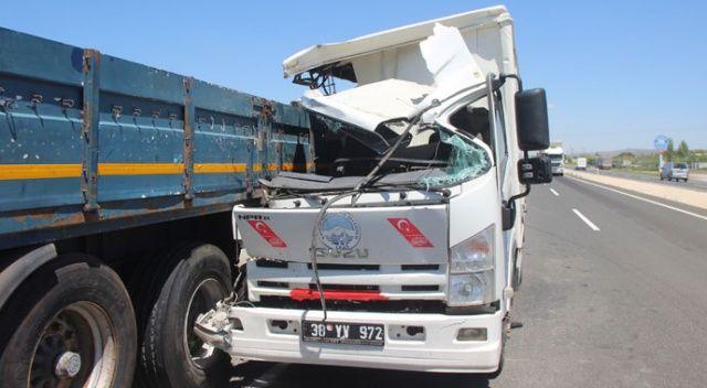 Kayseri'de feci kaza! Kamyon tıra çarptı, yolcunun kolu koptu