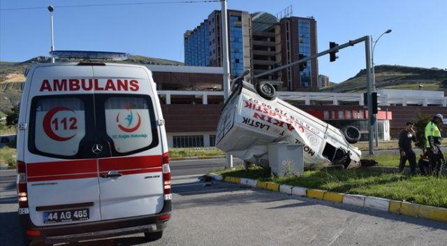 Kırmızı ışıkta geçen otomobil minibüse çarptı: 3 yaralı