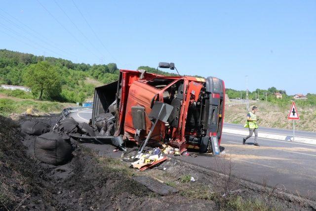 Kömür yüklü kamyon devrildi: 1 yaralı