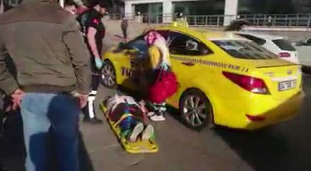 Tuzla'da yolun karşısına geçmek isteyen kadına taksi çarptı