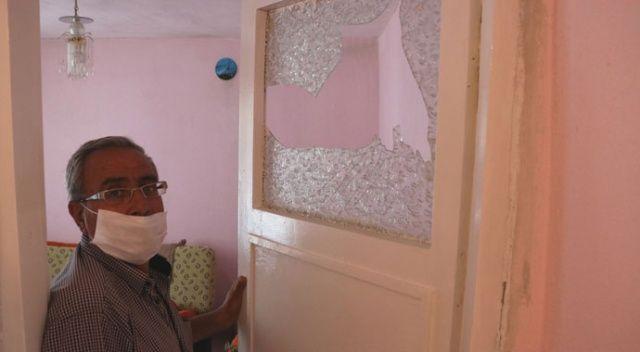 2017'deki depremde kırılan camını 'hatıra' diye tamir ettirmiyor