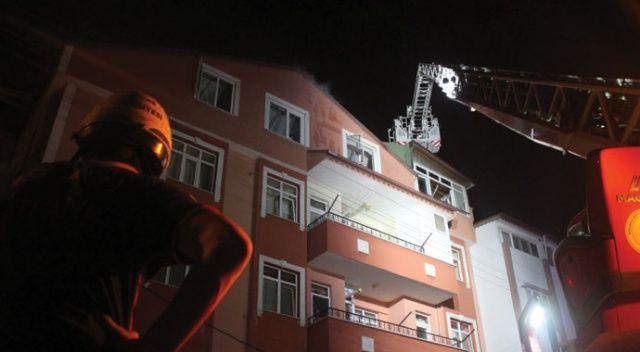 5 katlı binanın çatısında çıkan yangın korkuttu