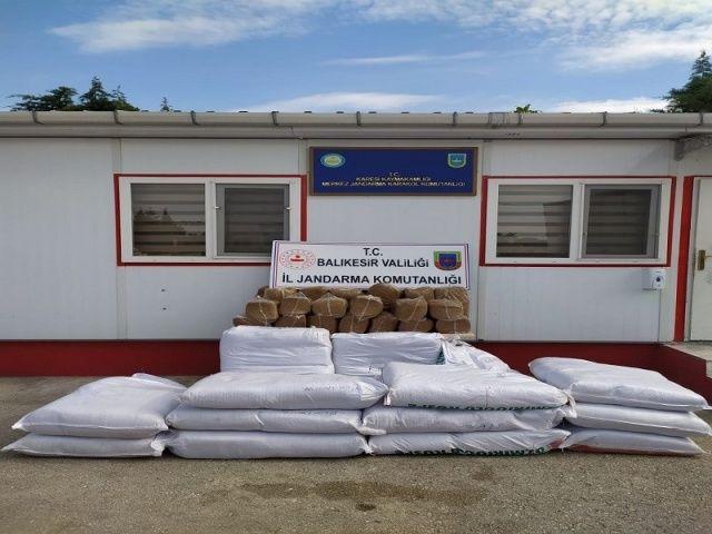 Balıkesir'de jandarma 750 kilo kaçak tütün yakaladı
