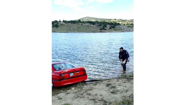 El freni çekilmeyen otomobil sulama göletine gömüldü