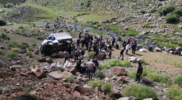 Erzurum'da kamyonet şarampole uçtu: 17 yaralı