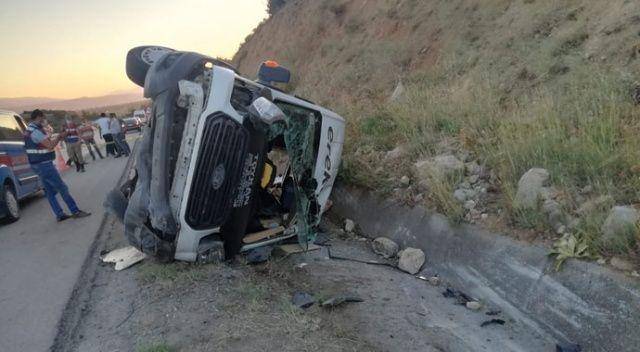 Lastiği patlayan minibüs yan yattı: 16 yaralı
