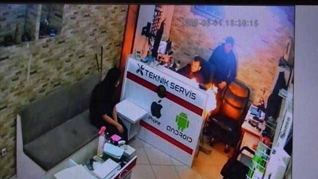 Manisa'da telefon bataryasının patlama anı kameraya yansıdı