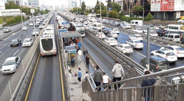 Toplu taşıma araçlarında ve duraklarda dikkat çeken yoğunluk