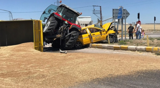 3 kişinin yaralandığı kazada, römorktan dökülen 10 ton buğday karayolunu trafiğe kapattı