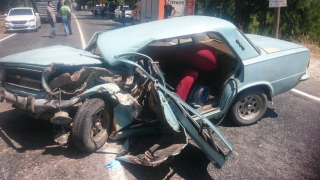 Aydın'daki kazada otomobil hurdaya döndü
