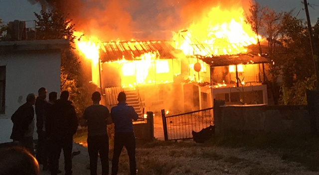 Düzce'de 2 katlı ev alev alev yandı