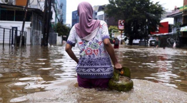 Endonezya'daki selde ölü sayısı yükseldi
