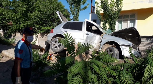 Karaman'da kontrolden çıkan otomobil ağacı devirdi: 2 yaralı