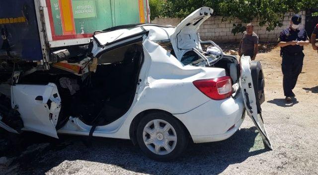 Korkunç kaza! Otomobil tıra ok gibi saplandı