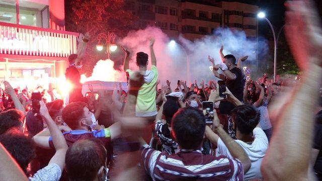 Trabzonspor taraftarı 10 yıl sonra gelen kupayı kutladı