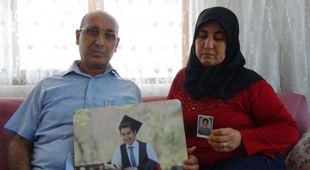 Üniversite sonucunu öğrendikten sonra evden ayrılan oğullarını gözyaşları içerisinde bekliyorlar