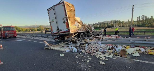 Uşak'ta ticari otomobil, devrilen tıra çarptı; 1 yaralı