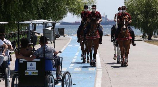 Atlı polislerden Yeşilköy Sahili'nde denetim