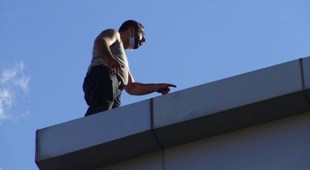 Acil serviste istediği ilaç verilmeyince çatıya çıktı