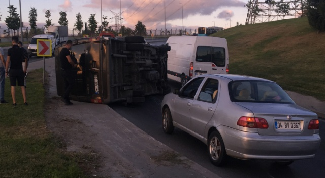 Esenler'de kargo minibüsü devrildi, sürücü kazayı hafif sıyrıklarla atlattı