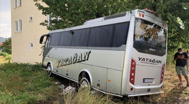 Isparta'da minibüs evin bahçesine daldı: 1 yaralı